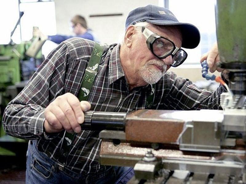 Картинки по запросу пенсионер работает картинки